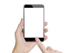 Slide to unlock - Finger wischt über Smartphone um es zu entsperren